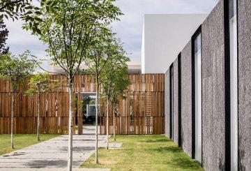 מחיצות גרניט העומדות כאלמנטים בנויים המגדירים את הקו החיצוני של הבית.