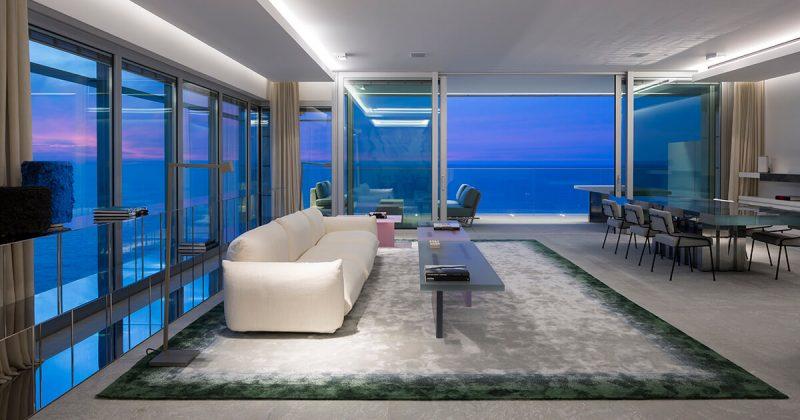 תאורה רכה מאירה את הספה הלבנה בתוך הבית