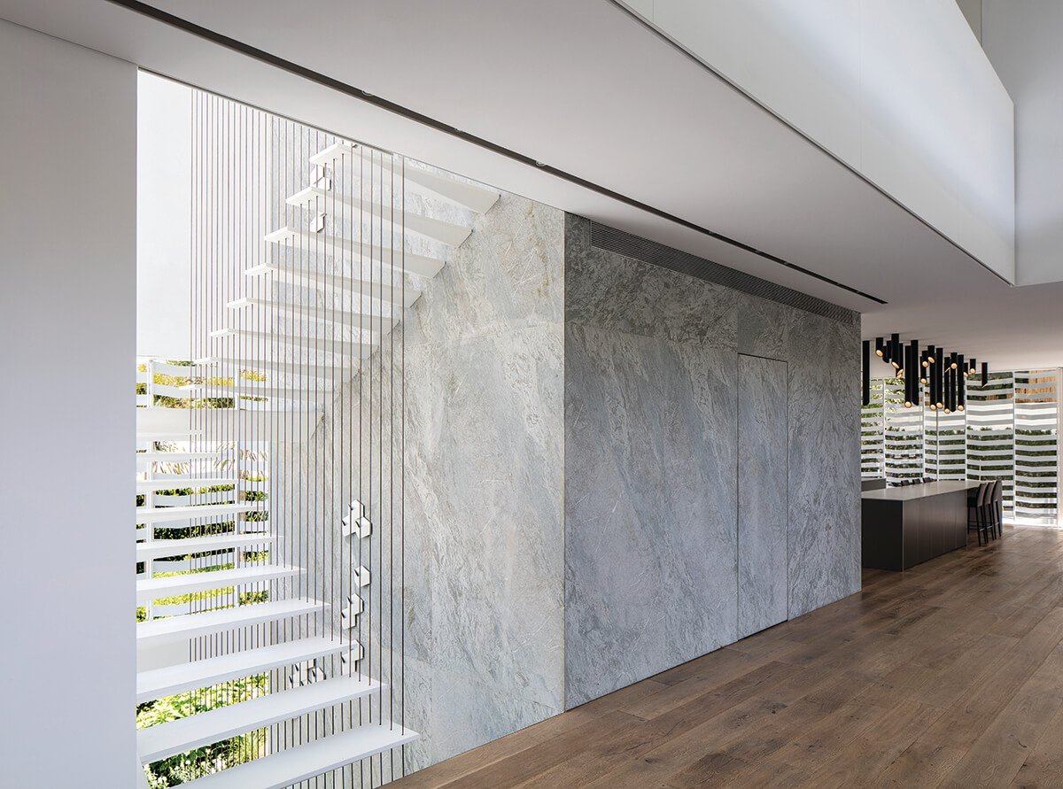אבן הגרניט מהווה את אחד האלמנטים האדריכליים הבולטים ביותר בבית
